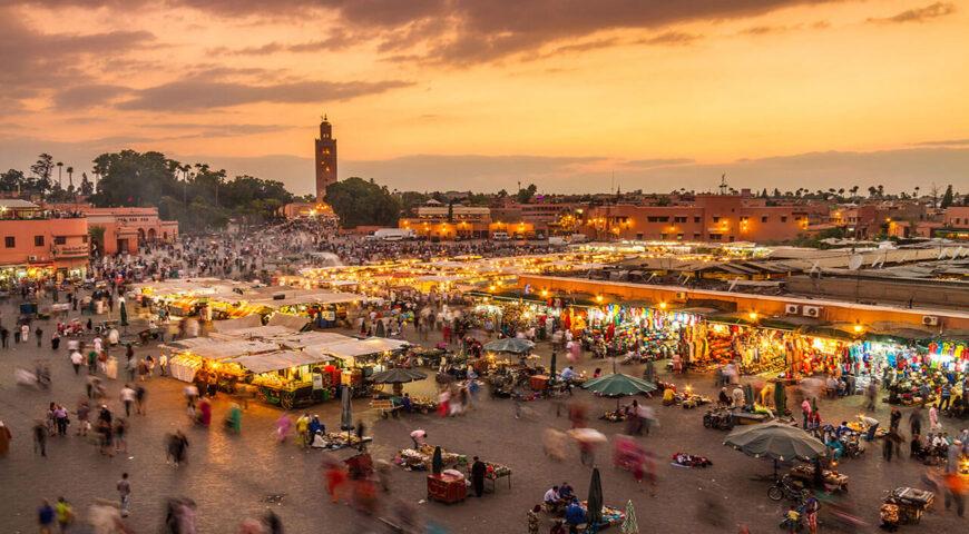 Platz Djemaa el Fna in Marrakech bei Sonnenuntergang