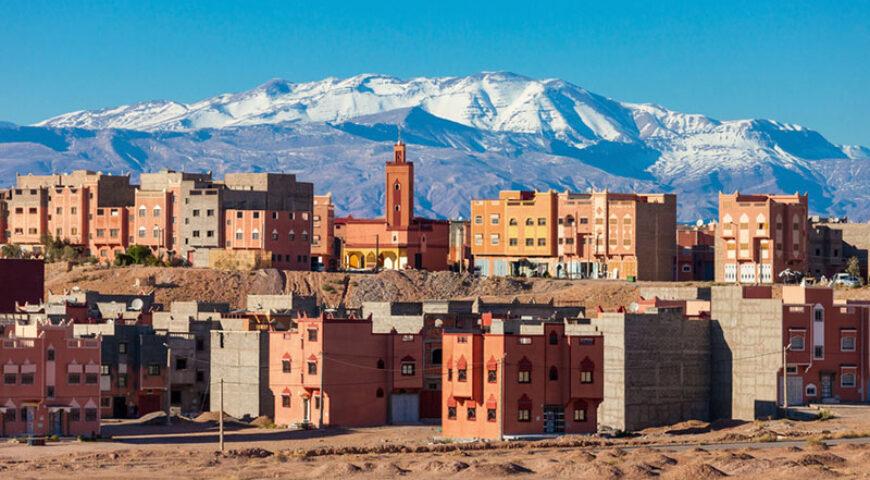 Ouarzazate vor verschneitem Atlasgebirge